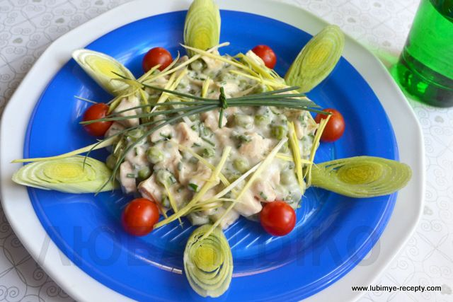 Красивый салат с курицей, сыром и зелёным горошком