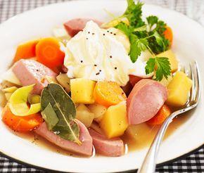 Värmande korvgryta med mjuka rotfrukter, hela familjens favorit! Lagerblad och kryddpepparkorn ger klassiska smaker till grytan. En mumsig senapsyoghurt är det perfekta tillbehöret till korvsoppan!