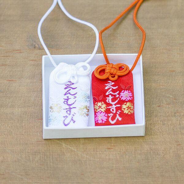 生田神社では、縁結びのお守りをはじめ、良縁成就・恋愛成就・安産祈願・子宝授かり・交通安全・商売繁盛・合格祈願など。様々なご利益を祈願するお守り・お札をご用意しています。特に恋愛成就にご利益のある「水みくじ」は女性に大人気。神戸のパワースポット「生田の森」「松尾神社」へのお立ち寄りをお忘れなく。