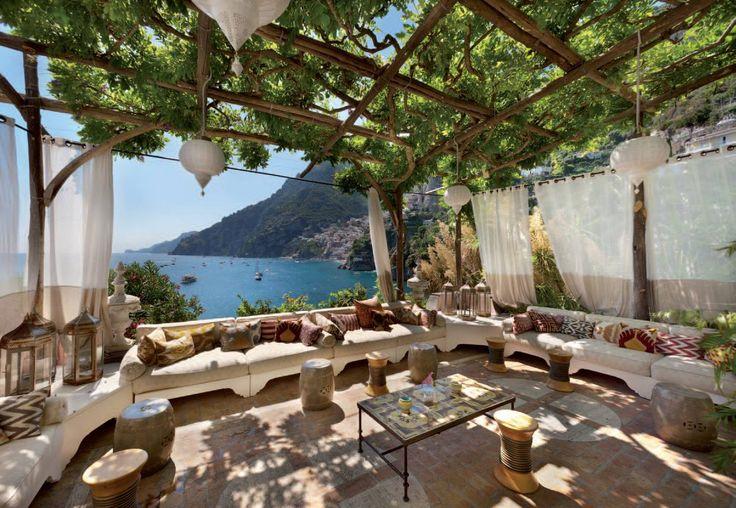 La nuova decorazione di Villa Tre Ville di Positano ha avuto l'obiettivo di unire il fascino che il precedente proprietario, Franco Zeffirelli, aveva dato alle sue case.