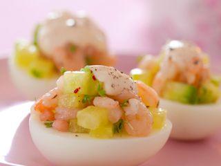 Przepis na wielkanocne jajka faszerowane krewetkami.