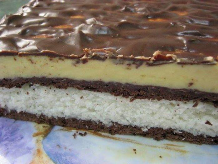"""Prăjitura """"Diafană"""" este o combinaţie delicioasă între vanilie, ciocolată şi cocos. Se pregăteşte foarte rapid şi nu ai nevoie de prea multe ingrediente.  Ingrediente pentru aluat  150 gr unt 100 gr zahar 1 lingura cacao 1/2 pachet praf de"""