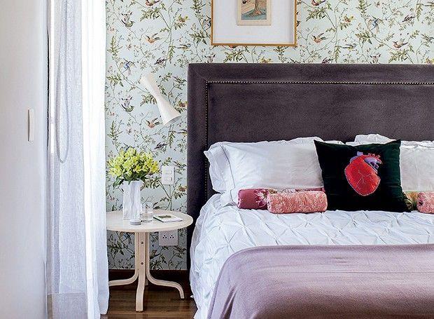 Para agradar ao casal de moradores, o arquiteto Maurício Arruda deu prioridade ao romantismo no quarto, traduzido pela estampa delicada do papel de parede e pelo veludo na cabeceira estofada e arrematada por um contorno de tachas.