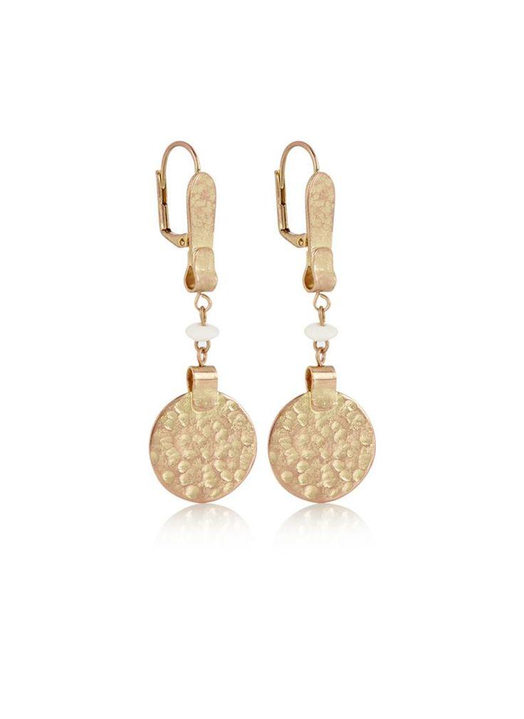 Het Franse merk Isabel Marant staat bekend om stijlvolle ontwerpen met een knipoog. De items uit de sieradencollectie van Isabel Marant worden gekenmerkt door het gebruik van brass, tagua noten, glas en resin kralen. Alle sieraden worden geleverd in een opbergzakje, bedrukt met een vrolijke tekst.