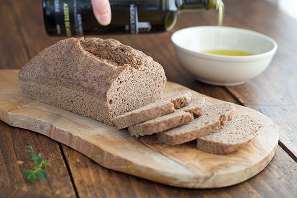 Un bon pain moelleux, rapide à faire, préparé avec des farines complètes et sans gluten bien sûr. Si vous le préparez sur une base régulière, vous pouvez également vous organiser en pesant à l'avance les ingrédients secs et les conserver dans de grands bocaux de verre (un par pain à venir), ainsi, vous n'aurez plus ...
