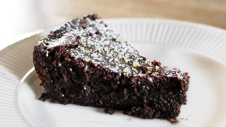 Er du er glad i mørk sjokolade kommer du til å elske denne franske sjokoladekaken - laget uten mel med et deilig hint av sitronsmak.