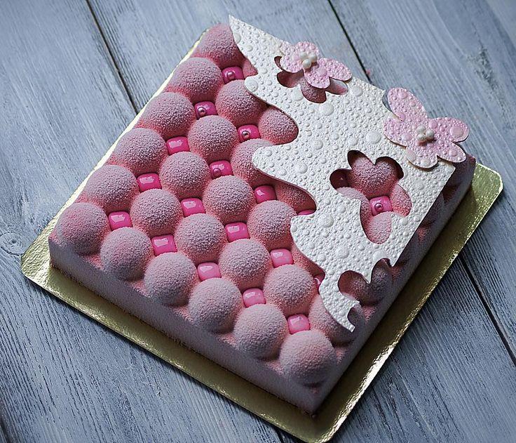 Когда вы доверяете мне не только декор, но и выбор того, что будет внутри вашего праздничного торта, это неописуемо ответственно, волнительно и конечно же бесконечно приятно! Этот розово-перламутровый красавчик с Карамельно-ванильной грушей внутри появился именно так! Юлия, @julia_jcharms спасибо вам, моим постоянным заказчикам, за преданность и доверие! С Днем рождения вас! Очень надеюсь, что сюрприз удался?! #торт #торты тортымосква #тортыназаказ #тортыназаказмосква #муссовыйторт…