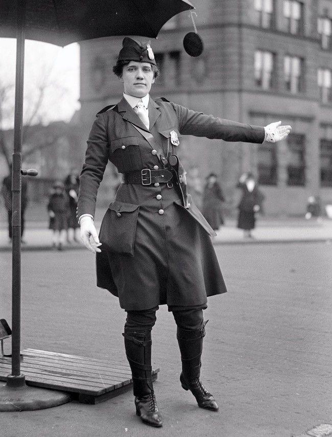 Leola N. King, první dopravní policistka v USA, Washington D.C. [1918]