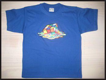 T-shirt met full color applicatie van een smeltende Rubiks kubus :)