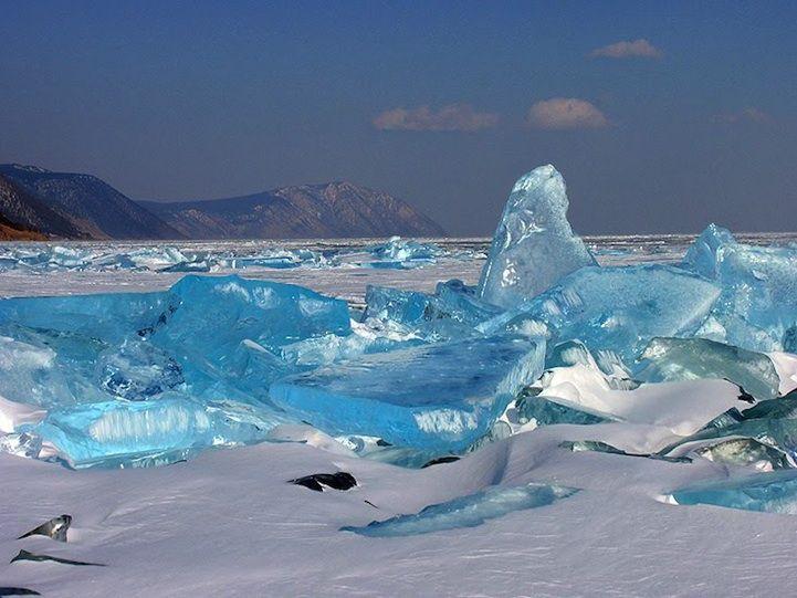 El hielo turquesa del Ojo Azul de Siberia  El lago Baikal está situado en Siberia, su nombre significa en tártaro lago rico. Se lo conoce también como El Ojo azul de Siberia y La Perla de Asia.  Es uno de los lagos más transparentes del mundo y el de mayor profundidad de la Tierra con 1.680 metros. Desde enero a mayo está congelado, incluso en este momento se puede ver el lago hasta una profundidad de unos 40 metros.   Durante el mes de marzo las diferencias de temperatura entre el día y la…