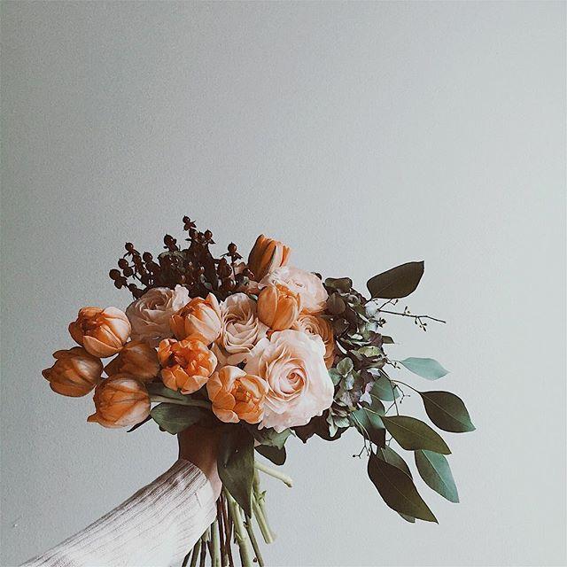 """Happy new week everyone! #bouquet #tulip #ranunculus #iphone ラナンキュラス """"フェラン""""とチューリップ """"オレンジプリンセス"""" 週末の花束イベントにお越し下さった皆様、ありがとうございました。素敵な機会を与えて下さった @mackintoshphilosophy  の皆様にも感謝申し上げます。"""