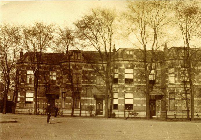 Deze vier riante woningen staan tussen Lange Beekstraat en Aldegondestraat. Op de begane grond zijn nu bedrijven. Eén pand wordt verhuurd aan studenten.