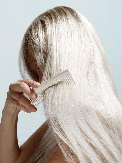 Das richtige Haare waschen ist schon so eine Kunst für sich. Ob Trockenrubbeln oder das falsche Shampoo, macht man so Vieles falsch. Und so gehts richtig.