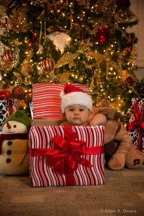 Se tem uma foto que é tradicional no final de ano é a das crianças em frente à árvore de Natal. Aqui em casa a gente faz sempre. Como sei que muita gente além de mim também gosta de registrar essa memória, resolvi trazer uma série de idéias de fotos para fazer com os pequenos junto com a árvore de n