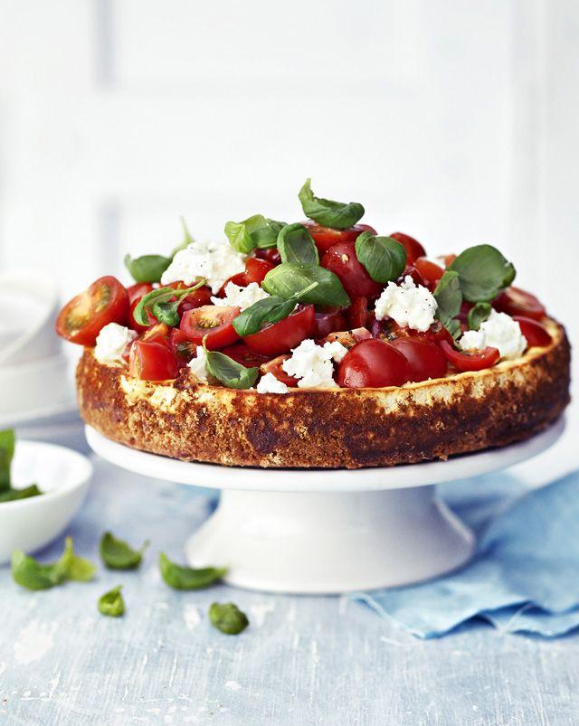 Tomaatti-mozzarella-basilikasalaatti eli caprese on italialainen klassikko. Nyt se maustaa suolaisen juustokakun juhlakuntoon.