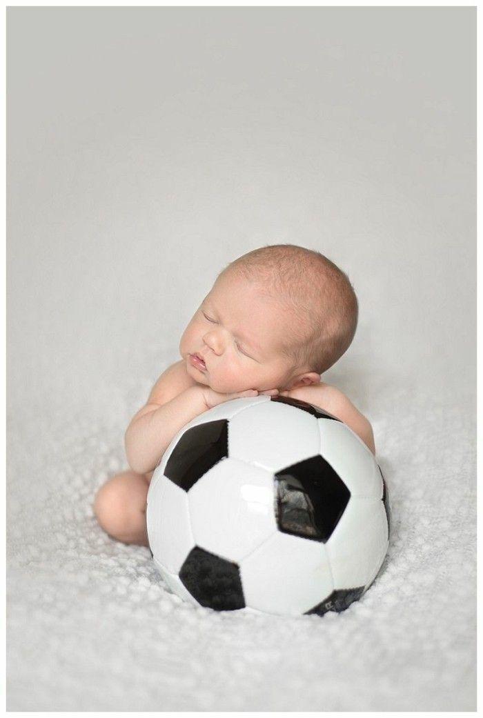 baby fotos ideen fotoshooting ideen kreativ lustige babybilder fussball