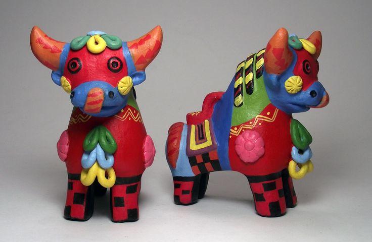 Los Toros de Pucara se colocan en pares en los techos de las casas de los andes peruanos como símbolo de protección y prosperidad. Más información en https://www.facebook.com/perukuyaypacha