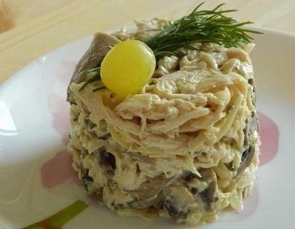 Грибной салат с курицей | Грибной салат, Салаты с курицей ...