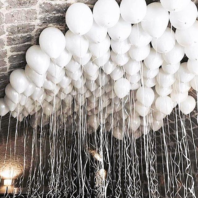 Guten Morgen #instaworld ☀️ Neue Woche, neues Glück - gleich geht's auf FT los mit wundervollem Haarschmuck für die #braut Dieser #ballonhimmel ist doch der Wahnsinn oder? Mir gefällt's   #ballons #white #allwhite #luftballons #hochzeit2017