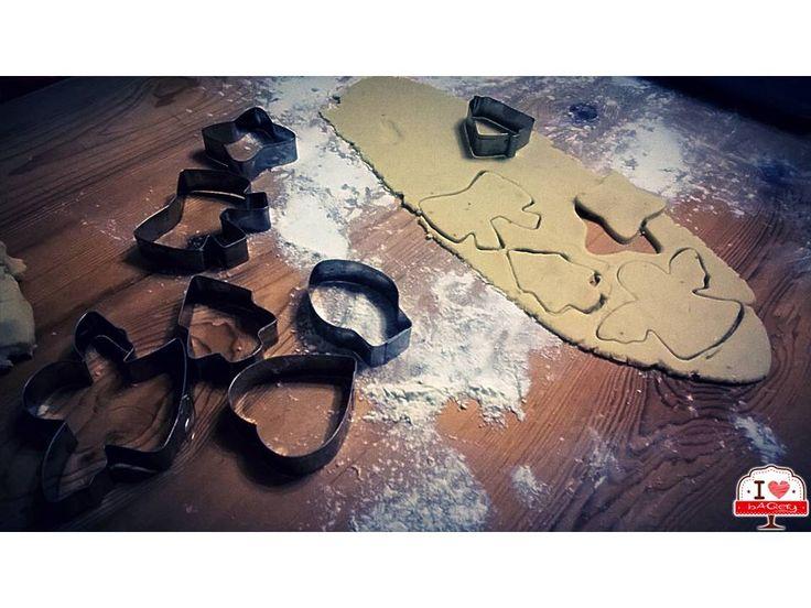 Per rendere il tutto più in tema con le Feste, abbiamo preso la nostra montagna di stampi natalizi e abbiamo iniziato ad incidere alberelli, campanelle, stelle e angioletti!  #ilovebaqery #festedinatale #stampi #alberelli #campanelle #angioletti #stelle #inforno