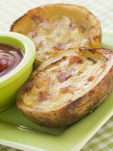 Запеченный фаршированный картофель с брокколи, беконом и сыром