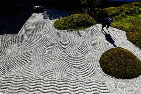 京都市東山区の東福寺で24日、本坊庭園が1939年に完成した当時の砂紋を再現する作業が、報道陣に公開された。 本坊庭園は、昭和初期の代表的な作庭家・重森三玲(みれい)の作品で、6日に国の名勝に指定された。コケや砂で表現する四つの枯山水庭園からなり、植え込みを市松模様に配置するなど、独創的なデザインで知られる。