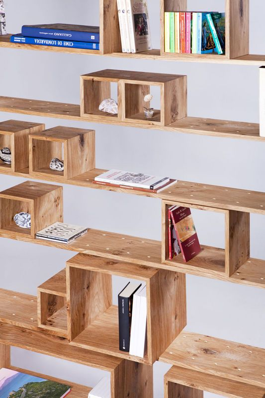 """I moduli della libreria """"Legno al Cubo"""" by Miranda Morico e Semprelegno sono di quattro misure e possono essere realizzati e finiti come le mensole oppure con essenze e colori scelti dal cliente."""