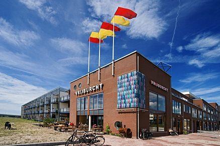 Nieuwbouw 53 koopwoningen (deels woonwerk, deels in AMH-segment) met collectieve ruimten, theater, woongroep, café-restaurant, kinderopvang, bedrijven en garage.