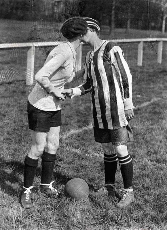 Preston, Inghilterra, 1920. Calcio femminile. Il capitano della squadra ringrazia una a una le sue giocatrici con un bacio. England, Preston, 1920