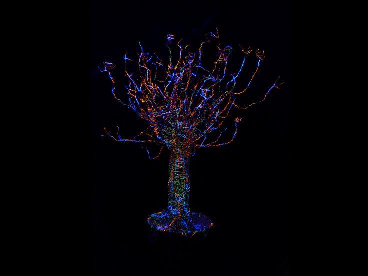 Flúor Tree.  -Alambre -Pintura flúor- -Luz negra