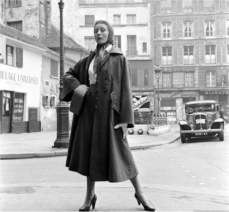 Het beroemde model Bettina Graziani draagt een ontwerp van Hubert de Givenchy. Een perfect voorbeeld van Parijse chic. (Place Saint-André-des-Arts, 1952)