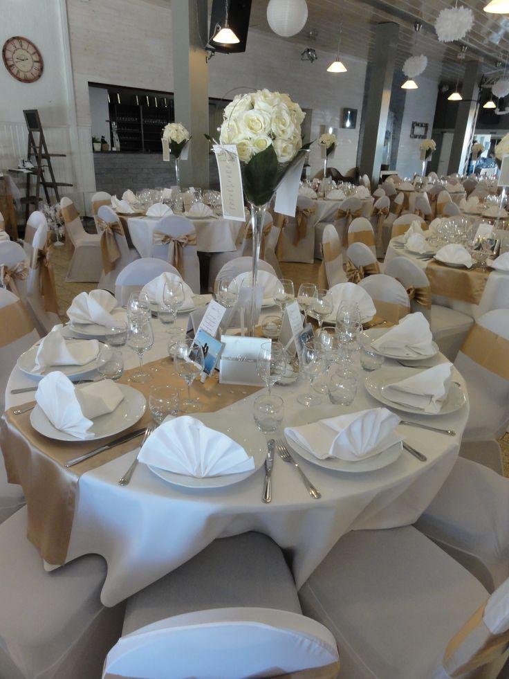 table ronde avec chemin de table beige et vase martini d coration salle pinterest. Black Bedroom Furniture Sets. Home Design Ideas