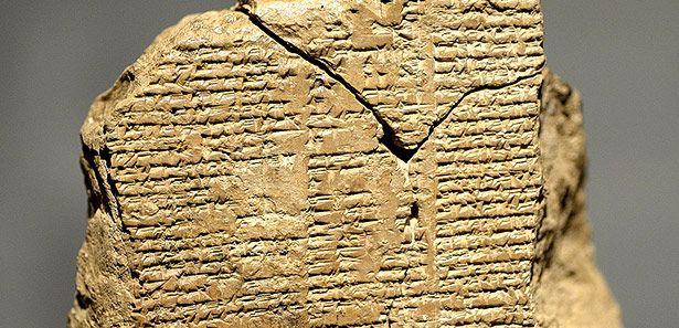 Die drei zusammengesetzen Fragmente der neu entdeckten Tontafel aus dem Gilgamesch-Epos