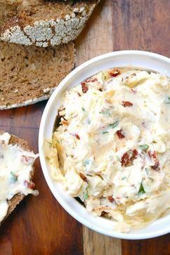 Italiaanse kruidenboter met Parmezaanse kaas, zongedroogde tomaatjes en basilicum. Simpeler kan bijna niet en toch is het een van de lekkerste dingen die ik tot nu toe heb gemaakt! Klik op 'Bron' vor het recept.