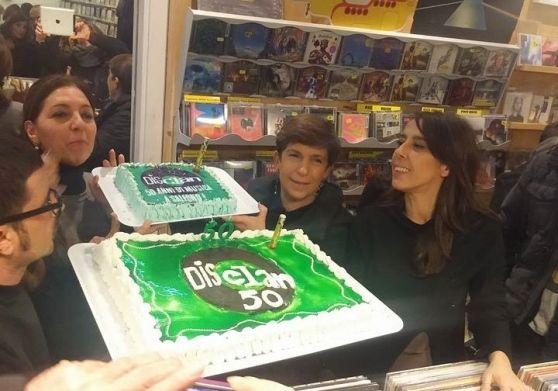 Nello store di piazza Portanova Elisabetta e Mario Maysse hanno aperto i festeggiamenti che dureranno tutto l'anno