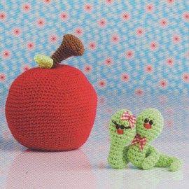 Gehaakte rupsjes met appel.