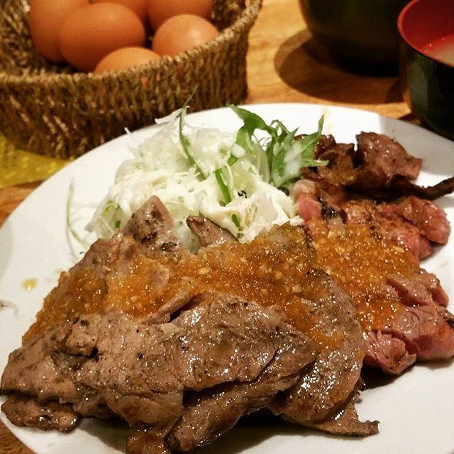 よくばりスペシャル。 写真じゃわからんが肉の量すごい。 豚ロース牛ロース牛タン盛合せ 米、生卵、キムチ食べ放題で税込千円 #肉 #ランチ #北新地