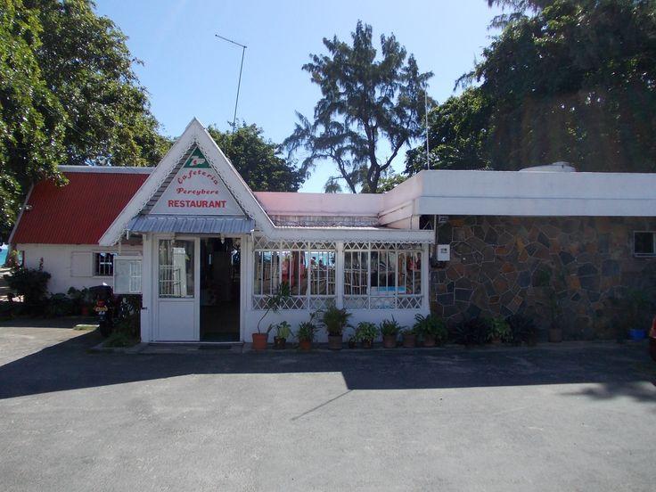 In der Cafeteria Pereybere direkt am Strand kann man gut und günstig essen. Auf der gegenüberliegenden Straßenseite liegen das Cafe de la Plage und das Pereybere Hotel.