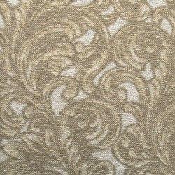 Diseño con formas de tipo barroco, en color oro y crema en este papel pintado de la colección Karat de Parati.