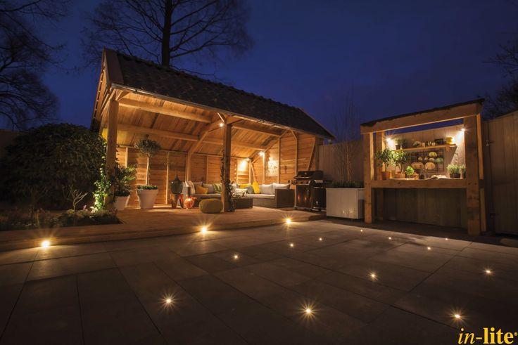 Sfeervol buitenleven | Overkapping | Inspiratie | Buitenkeuken | Grondspot FUSION 22 | Buitenspot MINI SCOPE | Border | Barbecue | Outdoor lighting
