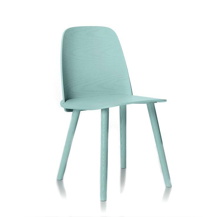 David Geckeler con la sedia Nerd ha vinto nel 2011 il concorso Muuto per le Scuole scandinave di design. Con la sedia Nerd David unisce un impeccabile senso di artigianato con una forte personalita', pur mantenendo una certa semplicita'. Attraverso l'integrazione innovativa tra sedile e schienale, il dettaglio preciso e la forma organica, David Geckeler ha creato una sedia con un aspetto suggestivo e unico. Pulire periodicamente con un panno umido e asciugare subito con un panno morbido 350