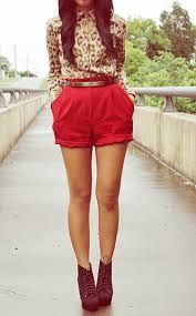 Lindos shorts altos color rojo y botas color vino combinados con una linda blusa de flores beige