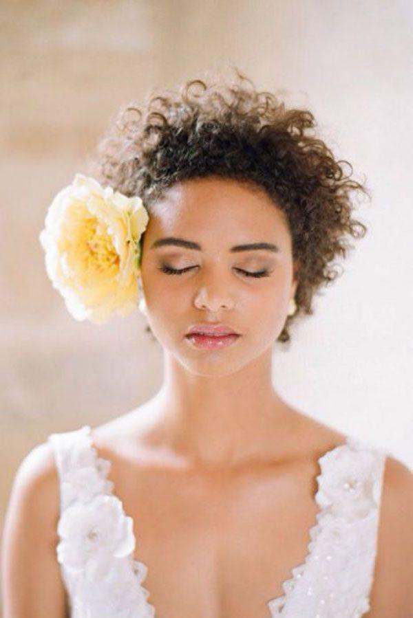 short naturally curly hair http://weddingwonderland.it/2015/06/15-acconciature-per-le-spose-dai-capelli-ricci-naturali.html