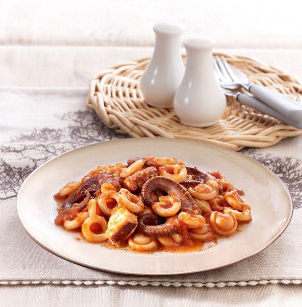 Δίνουμε νέα πνοή στην κλασική συνταγή για χταπόδι με κοφτό μακαρονάκι, επιλέγοντας διαφορετικά κοντά ζυμαρικά, όπως σαλιγκαράκια.