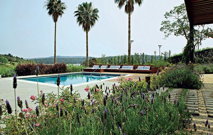 A piscina contracena com a represa no projeto assinado pela arquiteta Eliana Marques Lisboa. O paisagista Alex Hanazaki propôs um jardim colorido, com flores a maior parte do ano, inspirado na decoração com ares de campo