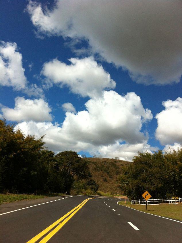 Na estrada: os verdes cenários da rodovia Paulo Virgílio, também conhecida por estrada Cunha-Paraty, já dão uma prévia das belezas da região | Tina Magalhães