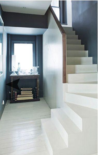 Bleu et blanc pour la déco de l'entrée d'une maison ancienne. Murs peints en bleu marin, sol parquet et escalier peints peinture pour sol Farrow & Ball couleur blanc finition brillant