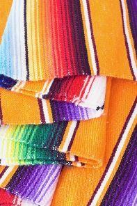 A colorful rug could be a great piece for your ranch room//Una alfombra o tapete colorido puede ser una gran pieza de decoración para tu habitación tipo ranch.