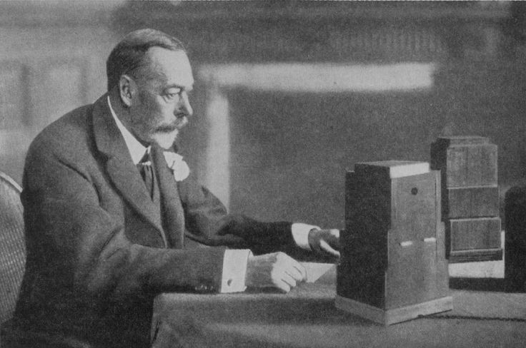 King George V giving the first Christmas Day address to the British people by radio in 1932. 32 Vintage Photos That Show Us Just How Much Christmas Has Changed