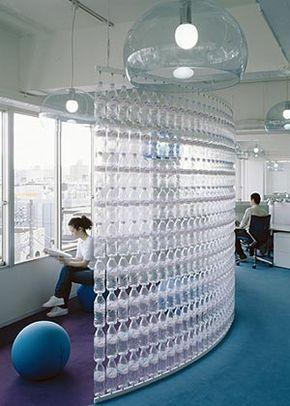 Fantástica parede feita a partir de garrafas pet. Idéia de Klein Dytham arquitetura para escritório da Danone Waters, no Japão.